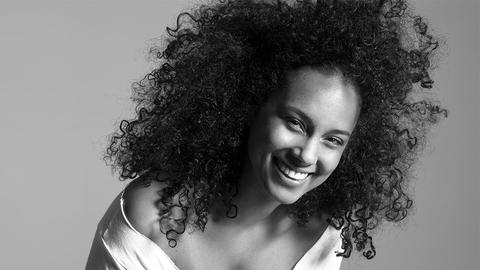 Alicia Keys No Makeup Still Look Impressive Thanks To Smart Hairstyle Choice. Take A Look large